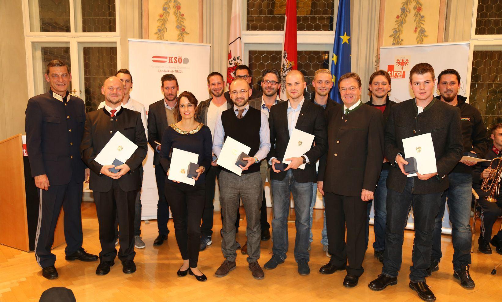 KSÖ-Tirol Präsident Mag. Helmut Tomac und Landeshauptmann Günther Platter mit den geehrten Zivilpersonen.