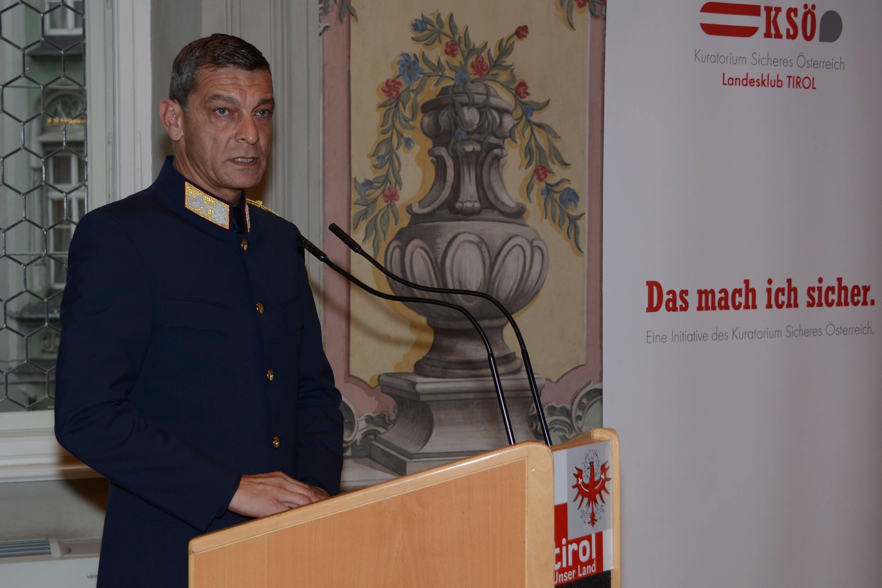 KSÖ Präsident Landespolizeidirektor Mag. Helmut Tomac bedankte sich bei den geehrten Tirolerinnen und Tirolern. ©LPD Gruber