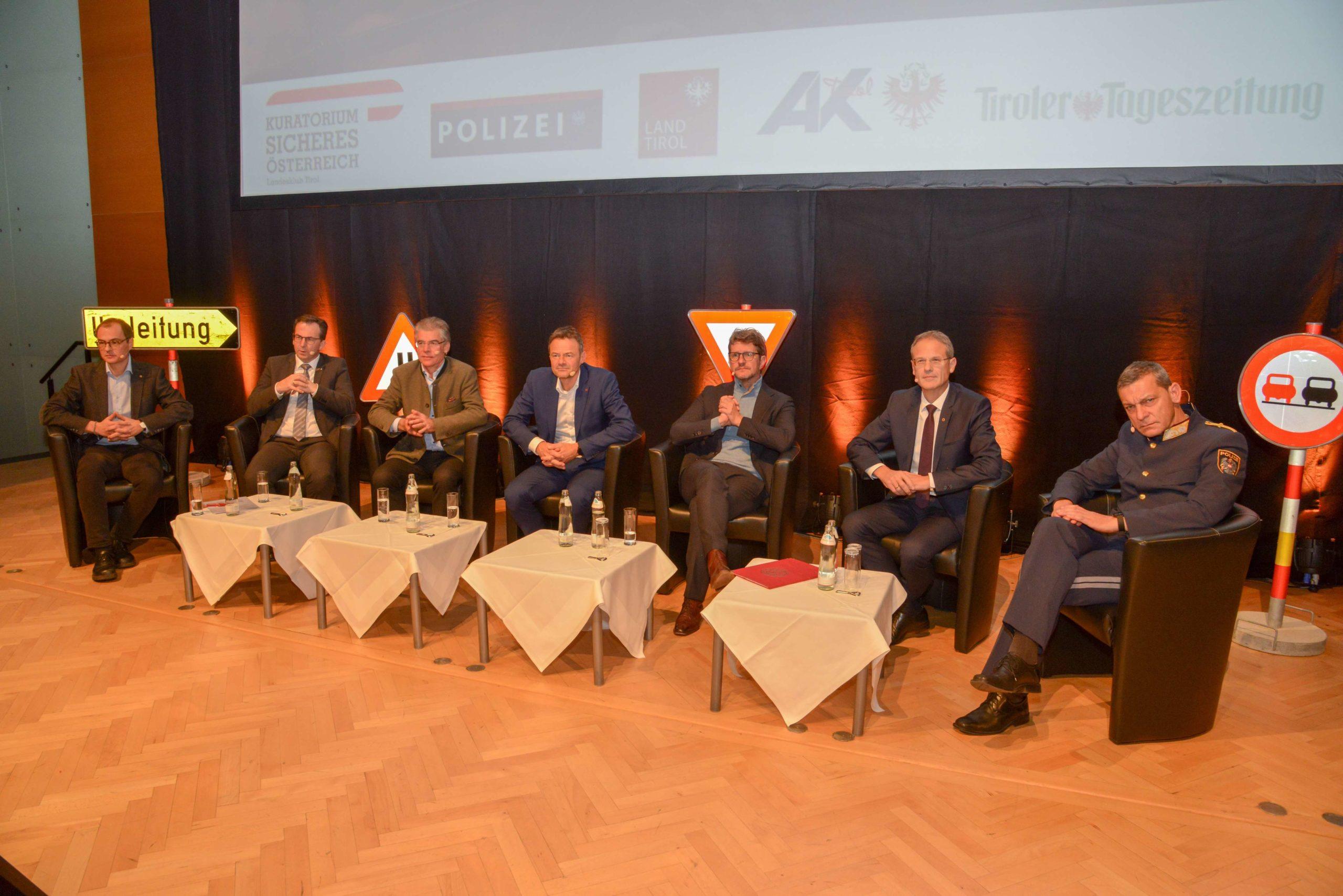 Die Diskussionsrunde der Experten vl. MAILER, SIEGELE, BERGMEISTER, MOLZER, JUG, OBWEXER, TOMAC © LPD Tirol | ChefInsp Johann HEIS