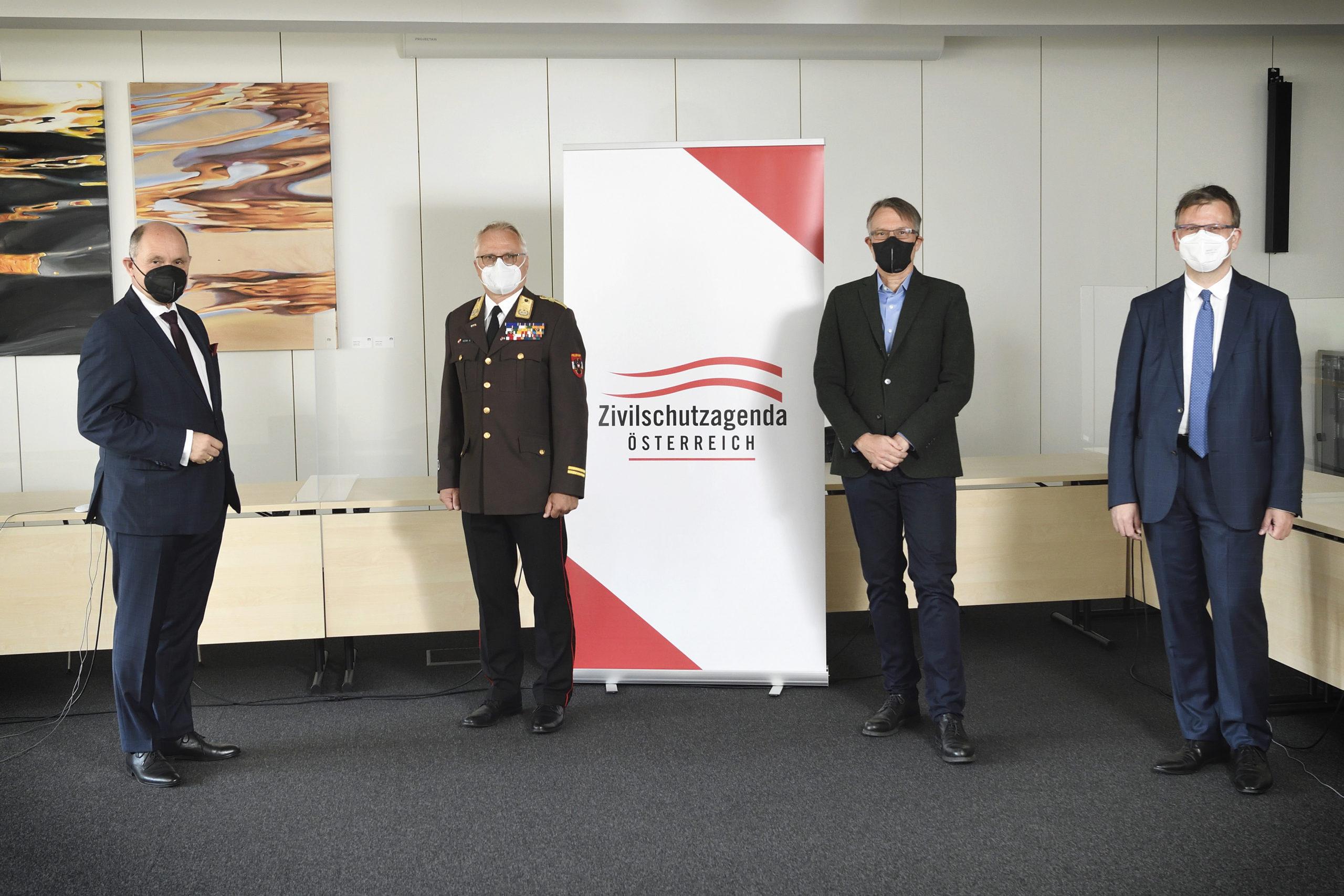 Gruppenfoto mit Nationalratspräsident Wolfgang Sobotka (ÖVP) (links)