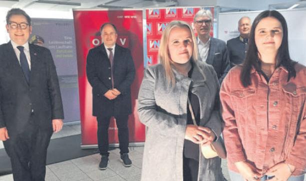 Kristina Stefanovic (r.) mit Mutter Gordana vor dem KSÖ-Gremium (v.l.): Markus Klement, Gerold Riedmann, Wilfried Hopfner und Hans-Peter Ludescher.